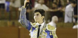El alumno de la escuela taurina de Badajoz con la oreja cortada (FOTO: Toromedia)