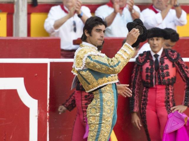 Perera saluda la ovación del público de Pamplona (FOTO: Javier Arroyo)