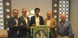 Domínguez, Alcázar, Perera, Molina e Iniesta posan con el cartel, obra de Pérez Indiano