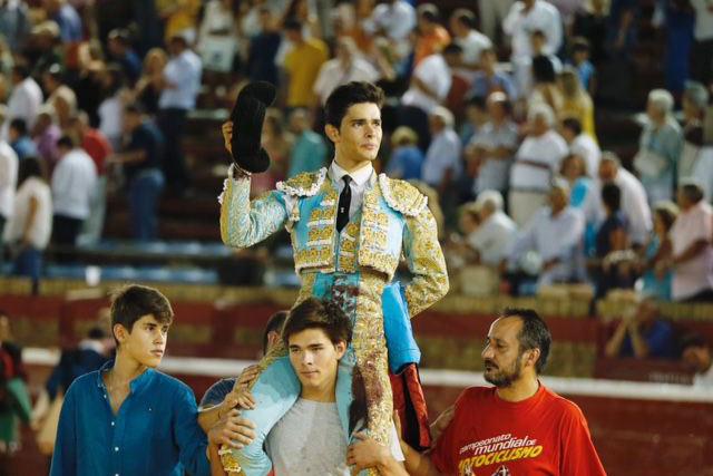 Juanito paseado a hombros en Huelva (FOTO: Arjona)