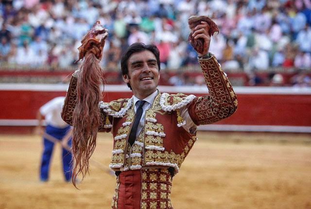 Miguel Ángel Perera con los trofeos simbólicos del indulto de Huelva (FOTO: Arjona)