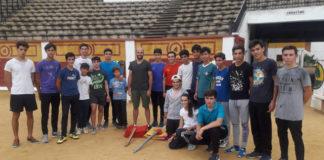 Los alumnos junto al diestro Jaime Martínez en el momento de la donación
