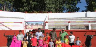 Fernando González con los jóvenes aficionados de Arauzo (Foto: Alfonso Benito)