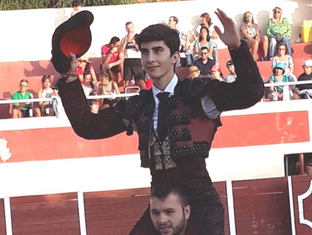 El novillero Manuel Perera es paseado a hombros en Almonacid