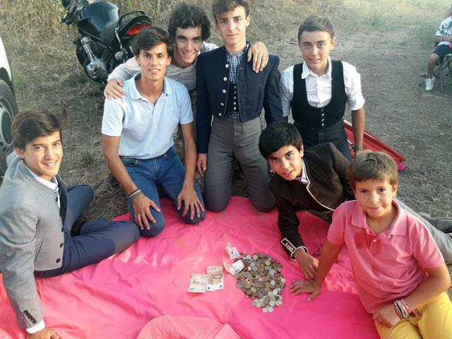 Los chavales de la escuela tras su actuacion en Mohedas cuentan el dinero recaudado