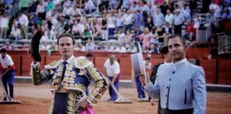 Ferrera y el mayoral de Montalvo dando la vuelta al ruedo en Salamanca tras el indulto. (FOTO: Isma Sánchez)