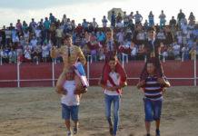 La terna de alumnos de la escuela de Badajos son sacados a hombros en Zalamea de la Serena