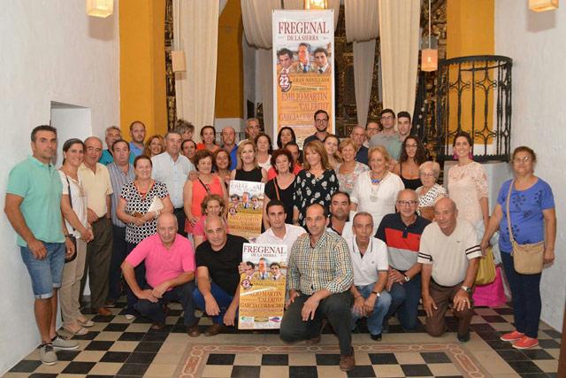 Los presentes junto al novillero García Corbacho en el acto de presentación (FOTO: F. Campos)