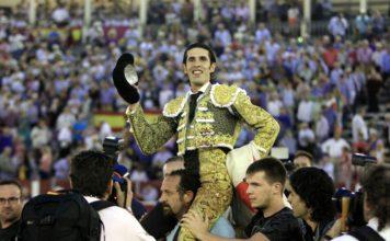 Talavante paseado a hombros en Albacete (FOTO: Arjona-aplausos.es)