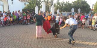 Bienvenida iniciando faena en la plaza de España de su localidad