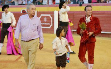 Antonio Ferrera dando la vuelta junto al ganadero de Domínguez Camacho y su nieto (FOTO: Eduardo Porcuna)