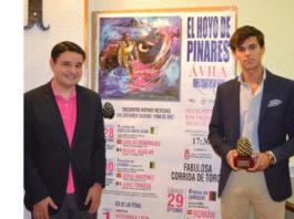 El alumno Carlos Domínguez con el trofeo Piña de Oro de Hoyo de Pinares