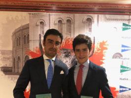Miguel Ángel Perera y Juanito posan con sus respectivos galardones