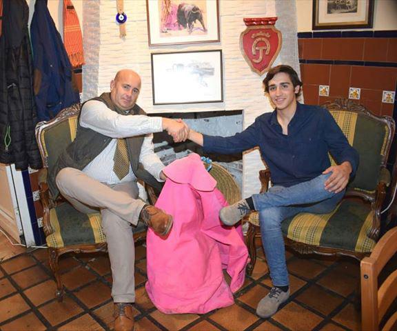Francisco Cáceres y Adrián Venegas chocan sus manos