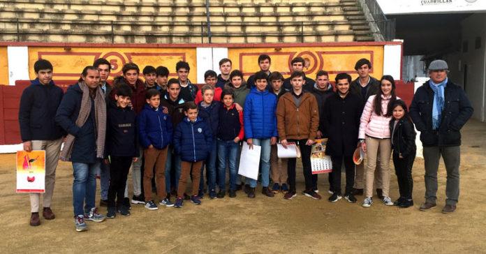 El grupo de alumnos y alumnas junto a sus docentes Luis Reina y Luis Reinoso 'Cartujano' Foto: Dip. Badajoz