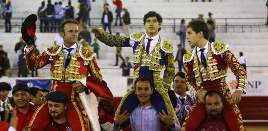 Los dos espada pacenses junto al mexicano Luis David en la salida a hombros (FOTO: Emilio Méndez)