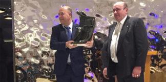 Lorenzo Molina con el galardón entregado en Daimiel a la Escuela Taurina de Badajoz