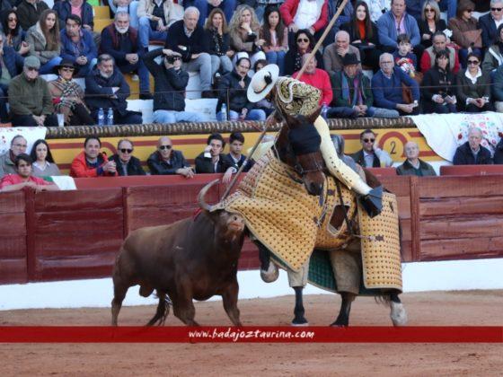 Tito Sandóval sujetando al de El Tajo