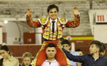 Iván Valares a hombros en su debut con caballos