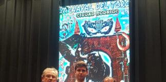 El novillero de Alburquerque con el trofeo cosechado junto a sus maestros