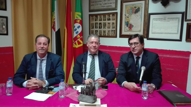 Rui Bento junto a Mateo Giralt, presidente del Club Taurino y Luis Sánchez, presentador del acto.