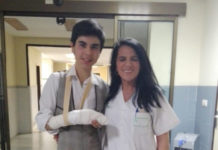 El alumno de la Escuela posa junto al personal sanitario que le atendió en Urgencias del Hospital Universitario de Badajoz