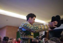 Tomás Campos sale a hombros del coso arnedano FOTO: Carmelo Betolaza