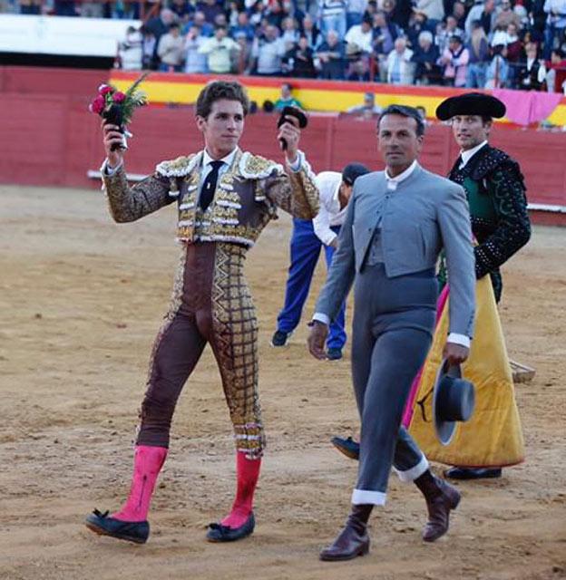 Ginés Marín y el mayoral de Pereda dando la vuelta al ruedo en Palos de la Frontera (FOTO: Arjona-aplausos.es)