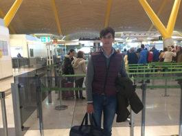 El joven novillero minutos antes de embarcar en el vuelo que lo llevará a México.