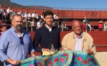Alejandro Rivero con el capote de paseo que le acredita como ganador del Bolsín de Candeleda 2019