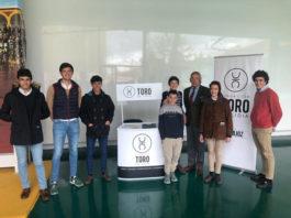 Jóvenes de la Escuela Taurina junto al stand del Círculo de Badajoz