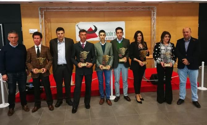 Los galardonados con sus premios