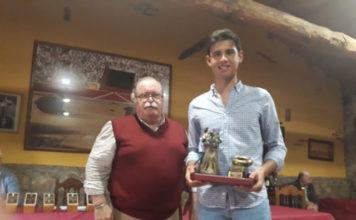 El alumno de la Escuela Taurina de Badajoz recogió de manos del alcalde de Ledesma el trofeo Rosquilla de Oro en su XV edición.