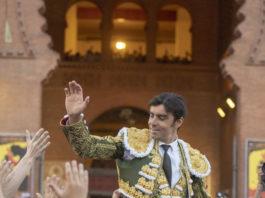 Perera a hombros saliendo por la Puerta Grande de Las Ventas por sexta vez (FOTO: Javier Arroyo)