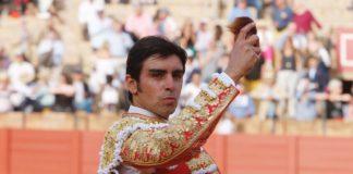 Perera mostrando la oreja de su primero en Sevilla (FOTO: Arjona-aplausos.es)
