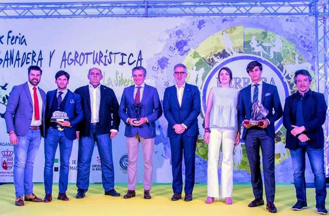 Los premiados junto al presentador del acto, el presidente de la Peña y distintas personalidades locales