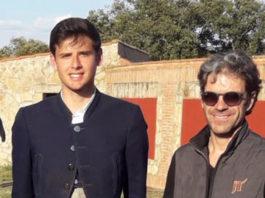 El novillero de Alburquerque junto a José Tomás tras su actuación en los tentaderos clasificatorios