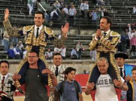 Antonio Ferrera abandona el coliseo de Nimes a hombros junto a David de Miranda (FOTO: Daniel Chicot-Aplausos.es)