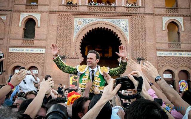 Antonio Ferrera en su aclamada salida en hombros de la plaza de Las Ventas