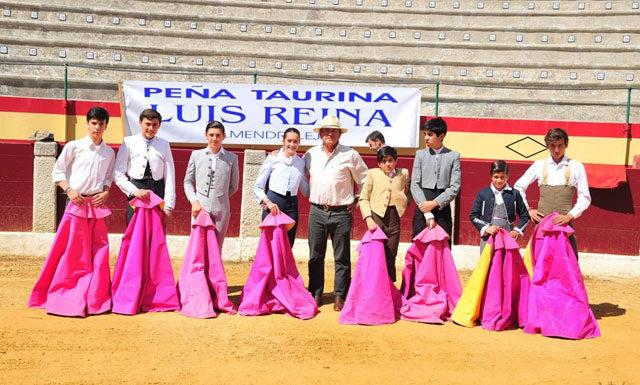 El maestro Luis Reina con sus alumnos en la fiesta de su peña de Almendralejo