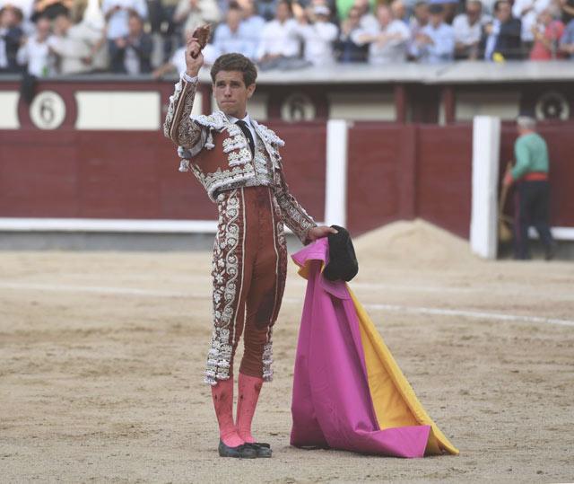 Marín con la oreja de su primero (FOTO: Javier Arroyo)