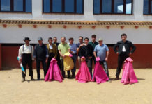 El grupo de Aficionados Prácticos de Badajoz posa en la plaza de toros de Peñas Blancas